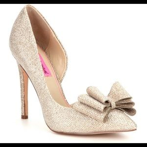 Betsy Johnson Metallic Bow Detai IPrince Pumps